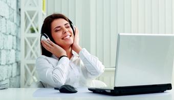 Zenehallgatás a munkahelyen: előny vagy hátrány?